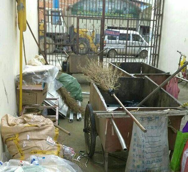 云南保山部分小区内私�衣医ǎ� 又该谁来管呢?