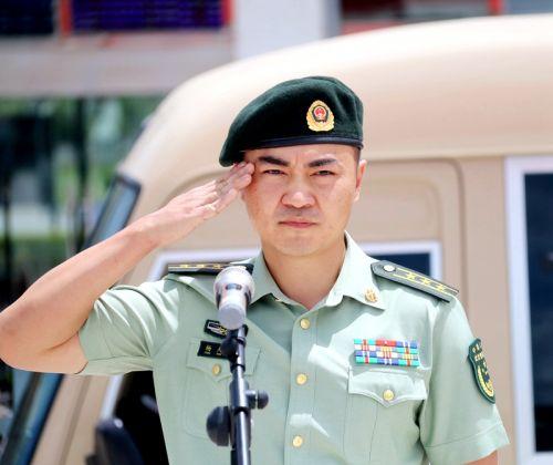 支队首长向退伍战士敬礼致谢