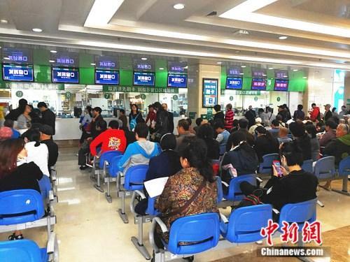 资料图:北医三院的发药窗口。<a target='_blank' href='http://www.chinanews.com/' >中新网</a>记者 张尼 摄