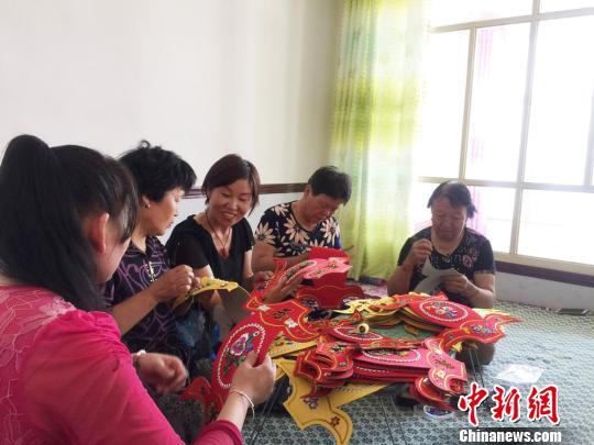 甘肃景泰农家女办手工艺品企业助周边残疾人就业