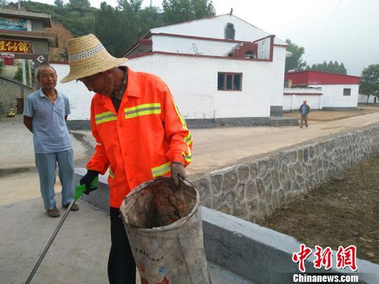 昔阳县农委相关负责人告诉记者,要真正保持城乡环境整洁卫生,根本在于提高人们的卫生意识和文明素养。 刘小红 摄