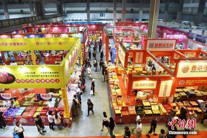 资料图:中秋节临近,民众选购月饼。陈超 摄