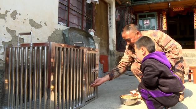 村民精心照顾野生动物(龙陵县电视台提供) - 副本