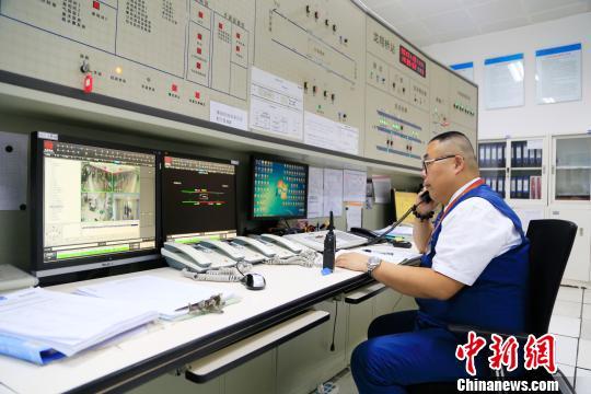 图为:值班站长正在与站台指挥电话沟通。 王远 摄
