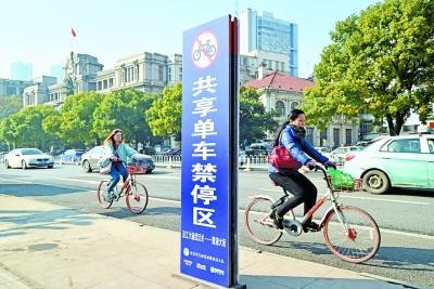 沿江大道单车禁停区竖起了禁停标识 记者詹松 摄
