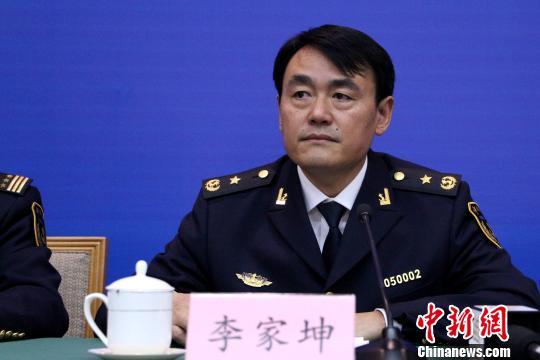 12月26日,山东省公安厅副厅长丁冠勇介绍《山东省禁毒条例》有关情况。 梁�� 摄