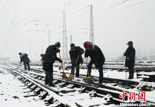 暴雪致部分列车晚点停运武汉铁路部门多举保畅通