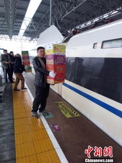 宜昌东站为晚点列车补充方便面等食品。 王联桥 摄