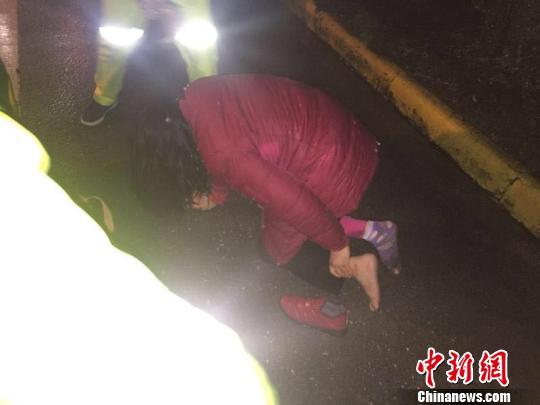 浙江长兴雨夜显温情:一出交通事故下的温暖传递