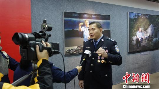 公安英模、反电诈能手赖劲接受媒体采访 梁盛 摄