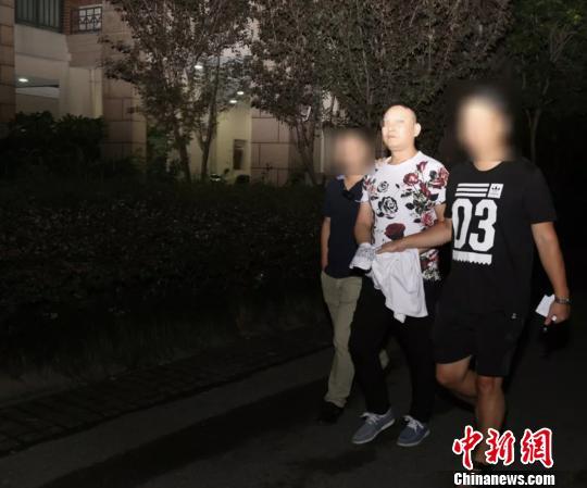 民警抓捕犯罪嫌疑人。萧山警方 供图