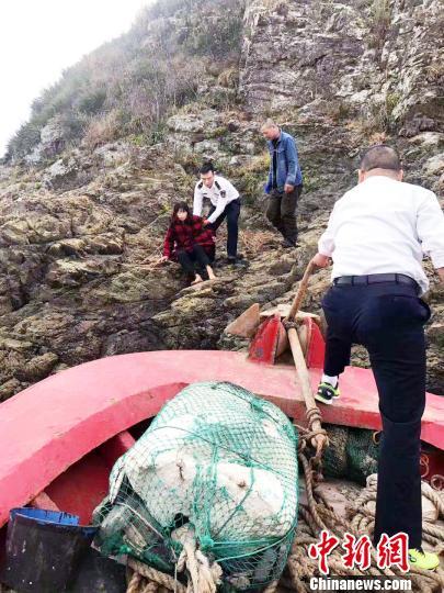 浙江海域一货船进水倾斜沉没夫妻跳海逃生成功被救助