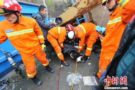 图为消防员展开施救。 董俊志 摄