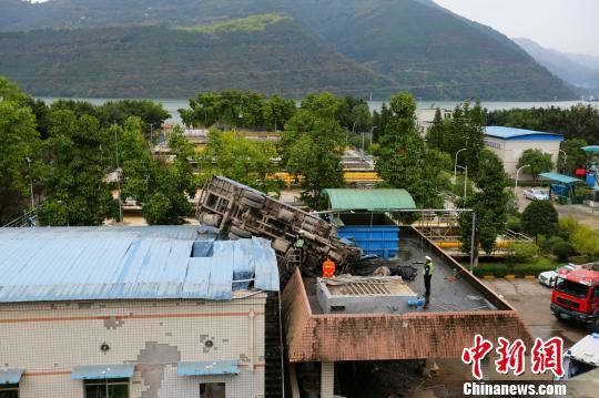 重庆一重型吊车凌空飞行20余米掉落楼顶消防成功施救(图)