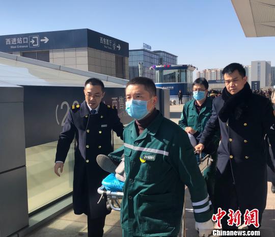 旅客突发心脏病太原南站全力夺回黄金抢救时间