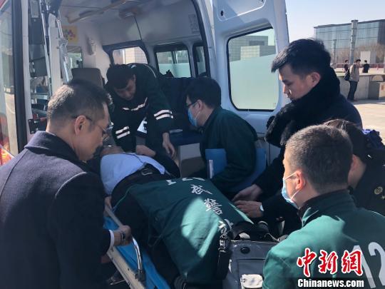 太原南站工作人员和120医生一起将旅客送上救护车。 李峥 摄