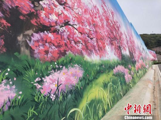 道路两旁的彩绘。 杨佩佩 摄