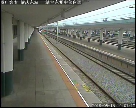 一男子为抄近路换乘列车跳下站台连跨2条轨道