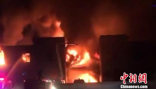 浙江长兴一企业仓库起火过火面积1500平方米无人员伤亡