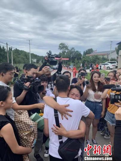 时隔31年,文东再次拥抱亲人。王雷 摄 刘刚 摄