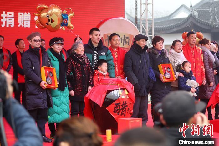 """四位酿造大师上台首发""""恒顺大师生肖醋""""并赠送给小康家庭。 泱波 摄"""