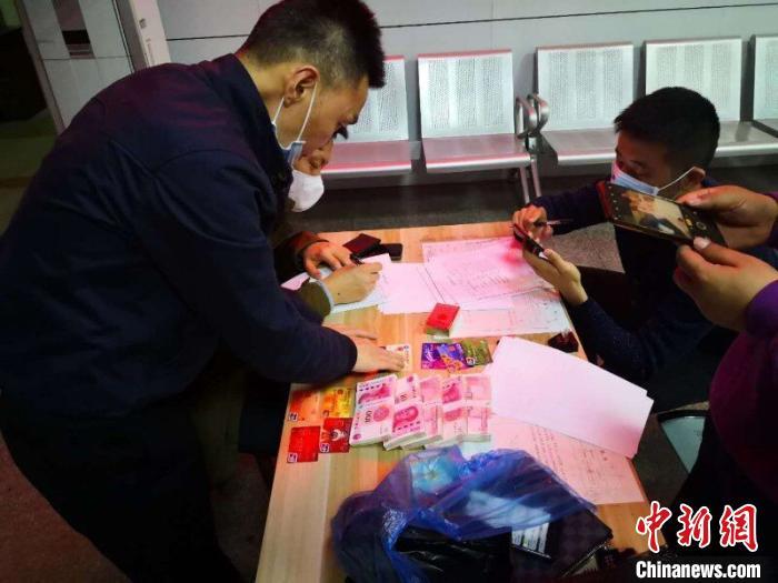 警方在抓捕过程中,发现百余张银行卡用于诈骗。 警方供图 摄