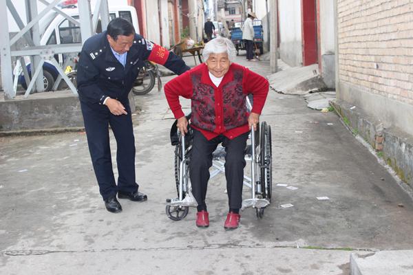杨德忠教吴转英老人使用轮椅.JPG