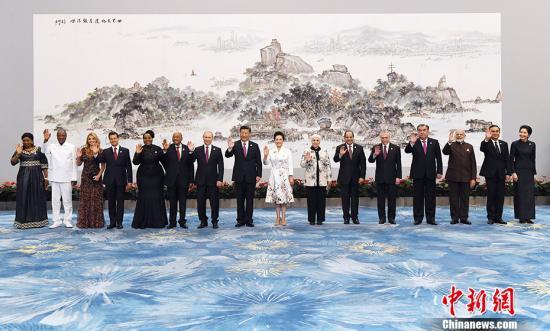 9月4日,中国国家主席习近平和夫人彭丽媛在厦门国际会议中心举行宴会,欢迎金砖国家和新兴市场国家与发展中国家对话会受邀国领导人及配偶、嘉宾,并与受邀国领导人及配偶合影。从左至右为:几内亚总统孔戴和夫人、墨西哥总统培尼亚和夫人、南非总统祖马和夫人、俄罗斯总统普京、习近平主席和夫人彭丽媛、埃及总统塞西和夫人、巴西总统特梅尔、塔吉克斯坦总统拉赫蒙、印度总理莫迪、泰国总理巴育和夫人。<a target='_blank' href='http://www.chinanews.com/'>中新社</a>记者 毛建军 摄