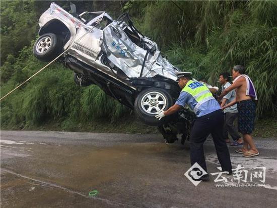 云南一男子开车刷朋友圈 坠入10米深河中溺亡