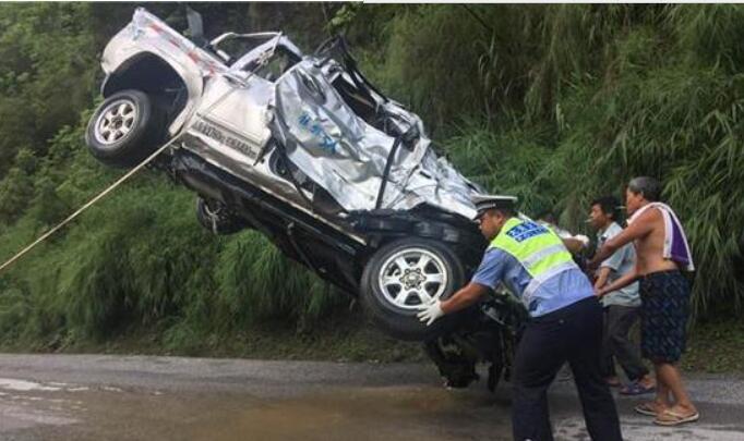 云南一男子开车刷朋友圈 坠入10米深河中溺亡(图)