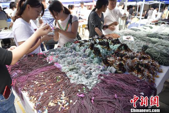 图为云南翡翠玉石市场。 刘冉阳 摄