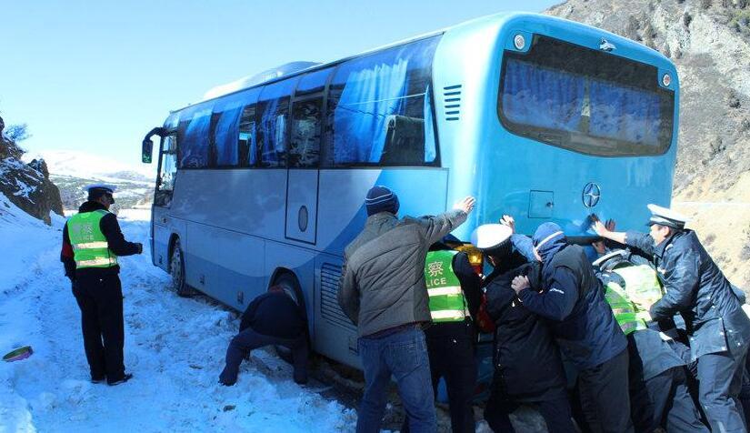 云南:旅游大巴被困白马雪山 车内27名老年游客获救(图)