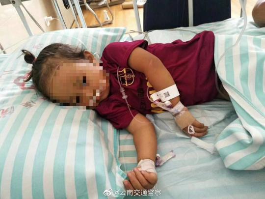 云南一2岁女孩吃菌中毒被紧急送往昆明抢救交警发起爱心接力