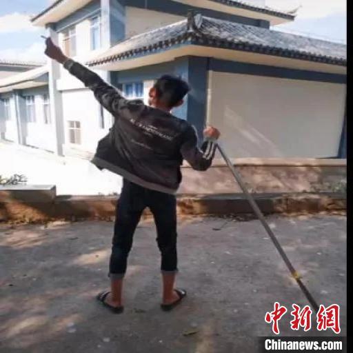 图为男子在短视频平台上展示管制刀具。短视频截图
