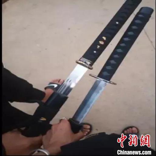 男子在短视频平台晒管制刀具和仿真枪警察找上门