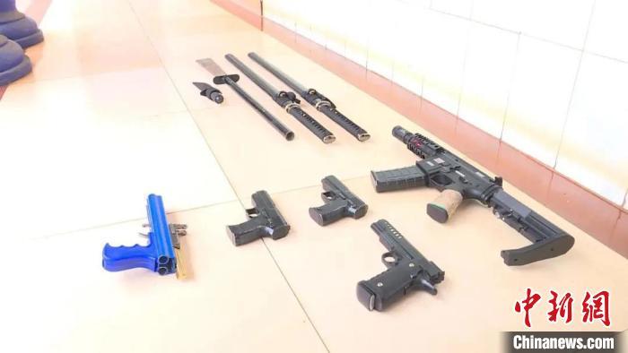 图为男子在短视频平台上展示的仿真枪。短视频截图