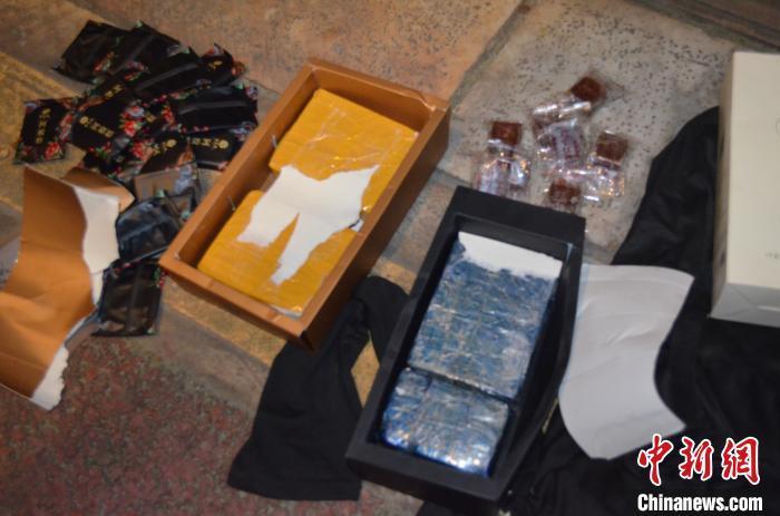 图为在阿胶和红糖包装夹层发现的毒品。 周广 摄