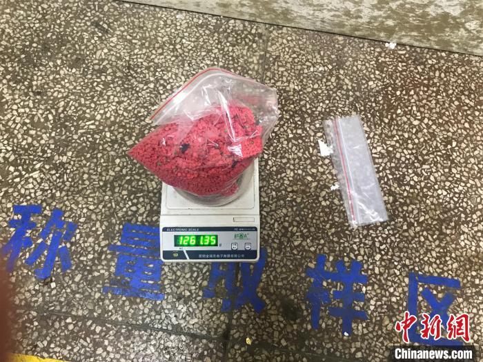 云南普洱破获一起利用冬虫夏草礼盒藏毒案缴毒1.26公斤