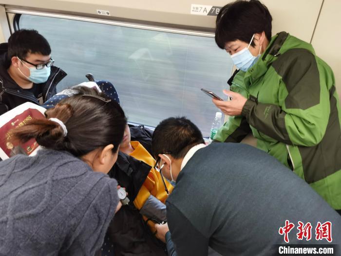 云南援助湖北医疗队员列车救助突发疾病患者