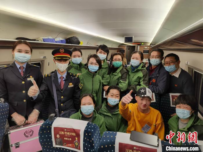图为受救助乘客与医疗队员合影。 曾海萍 摄