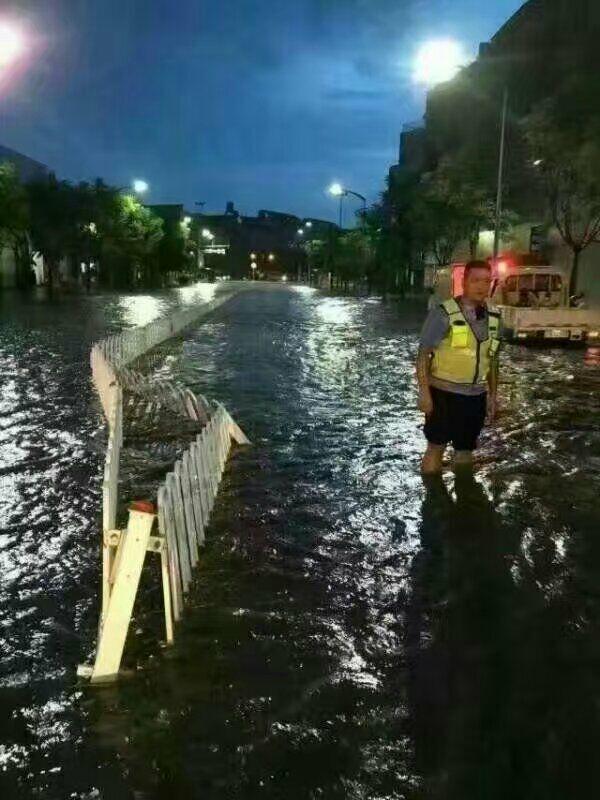 """云南保山""""看海记"""": 突降暴雨城市水患"""