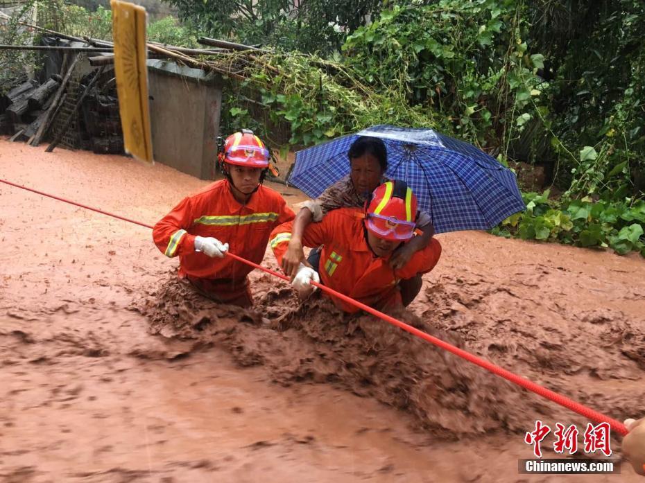 云南景东县遭强降雨致7人被困 已被成功救出(组图)