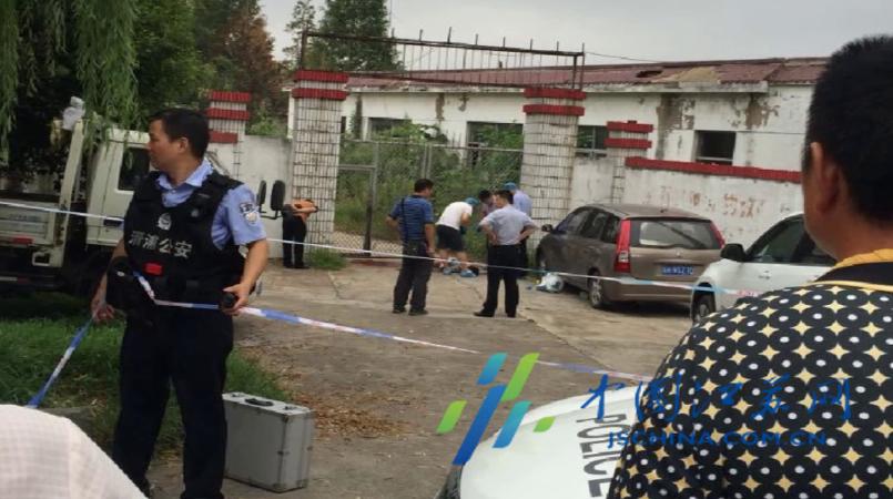 江苏男子身中多刀倒学校门外身亡 警方:系自杀